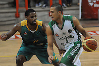 MEDELLÍN -COLOMBIA-11-11-2013. Dagoberto Peña (Der.) jugador de Academia de la Montaña disputa el balón con Randall Hunter (Izq.) jugador de Cimarrones del Chocó por la fecha 3 de las semifinales de la Liga DirecTV de Baloncesto 2013-II de Colombia realizado en el coliseo de la Universidad de Medellín./ Dagoberto Peña (R) player of Academia de la Montaña fights for the ball with Randall Hunter (L) player of Cimarrones del Choco during match for the 3th date of semifinals of the DirecTV Basketball League 2013-II in Colombia played at Universidad de Medellin coliseum.  Photo:VizzorImage/Luis Ríos/STR