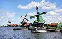 Nederland Zaanse Schans - 2020. Weinig toeristen bij Zaanse Schans. De groene molen is de Gekroonde Poelenburg. Foto Berlinda van Dam / HH / ANP