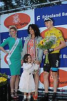 WIELRENNEN: SURHUISTERVEEN: 30-07-2013 Profronde, Silvana Kooyenga overhandigde samen met haar dochtertje de bloemen aan tourwinnaar Chris Froome, ©foto Martin de Jong