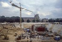 FRANCIA Parigi, museo del Louvre, lavori di scavo per la costruzione della piramide  Jeoh Ming Pei, 1989, piramide di vetro,