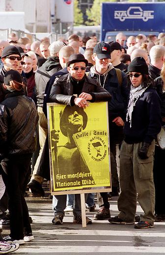 Etwa 1.200 Neonazis und Skinheads versammelten sich in Berlin zu einer Demonstration unter dem Motto: &quot;Meinungsfreiheit statt Verbote&quot;. Aufgerufen hatte eine sogenannte &quot;Kameradschaft Germania Berlin&quot;.<br /> Hier: Neonazis vor der Demonstration.<br /> 4.11.2000, Berlin<br /> Copyright: Christian-Ditsch.de<br /> [Inhaltsveraendernde Manipulation des Fotos nur nach ausdruecklicher Genehmigung des Fotografen. Vereinbarungen ueber Abtretung von Persoenlichkeitsrechten/Model Release der abgebildeten Person/Personen liegen nicht vor. NO MODEL RELEASE! Nur fuer Redaktionelle Zwecke. Don't publish without copyright Christian-Ditsch.de, Veroeffentlichung nur mit Fotografennennung, sowie gegen Honorar, MwSt. und Beleg. Konto: I N G - D i B a, IBAN DE58500105175400192269, BIC INGDDEFFXXX, Kontakt: post@christian-ditsch.de<br /> Bei der Bearbeitung der Dateiinformationen darf die Urheberkennzeichnung in den EXIF- und  IPTC-Daten nicht entfernt werden, diese sind in digitalen Medien nach &sect;95c UrhG rechtlich gesch&uuml;tzt. Der Urhebervermerk wird gemaess &sect;13 UrhG verlangt.]