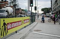 Rio de Janeiro-Rj 26/05/2014-OBRAS  BRT -Pedestre atravessa fora da faixa com uma crianca ,na Rua Candido Benicio ,Zona Oeste .Foi instalado novos semaforos e Faixa de pedestre no trecho do mato alto proximo a Praca Seca  Foto-Tércio Teixeira /Brazil Photo Press