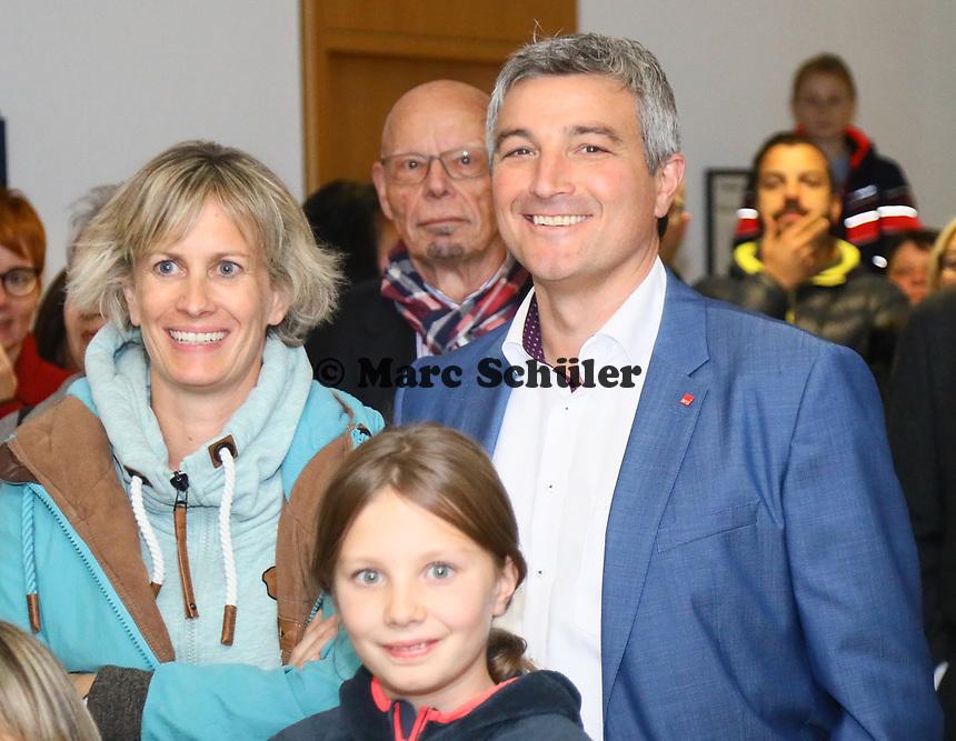 B&uuml;ttelborn 28.10.2018: B&uuml;rgermeister- und Landtagswahl<br /> SPD-B&uuml;rgermeisterkandidat Marcus Merkel verfolgt mit Frau Katrin, Tochter Laura und Alt-B&uuml;rgermeister Horst G&ouml;lzenleuchter die Wahl<br /> Foto: Vollformat/Marc Sch&uuml;ler, Sch&auml;fergasse 5, 65428 R'heim, Fon 0151/11654988, Bankverbindung KSKGG BLZ. 50852553 , KTO. 16003352. Alle Honorare zzgl. 7% MwSt.