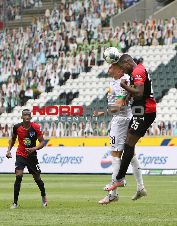 Kopfballduell zwischen Gladbachs Matthias Ginter (links) und dem Berliner Jordan Torunarigha / ganz links: Dodi Lukebakio - <br /><br />27.06.2020, Fussball, 1. Bundesliga, Saison 2019/2020, 34. Spieltag, Borussia Moenchengladbach - Hertha BSC Berlin,<br /><br />Foto: Johannes Kruck/POOL / via / Meuter/Nordphoto<br />Only for Editorial use