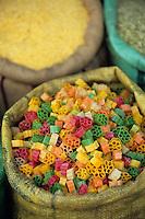 Asie/Inde/Rajasthan/Udaipur: Marché Mandi - Détail étal des snacks milticolores fabriqués à partir de farine de pois chiches