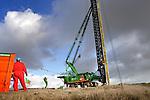 BARENDRECHT - Langs de snelweg A15 fotografeert een kraanmachinist van BAM Grondtechniek de langste prefab-funderingspalen van Nederland, geleverd voor de bouw van één van de hoogste geluidsschermen van Nederland. Het dertien meter hoge en twee kilometer lange scherm is door BAM Wegen Regio West in samenwerking met Redubel (onderdeel van BAM Wegen) ontwikkeld en gebouwd. Het scherm komt te rusten op 600 prefab-palen, waarvan acht palen een recordlengte van 39 meter hebben. De 20 ton zware palen zijn gemaakt door Lodewikus Voorgespannen Beton in Oosterhout, en worden door een Hitachi 300 GLS van BAM Grondtechniek de grond ingeslagen. Als verwijzing naar de nautische activiteiten van de havenstad, zijn de vlakverdelingen van de wand, net zo groot als die van zeecontainers. COPYRIGHT TON BORSBOOM