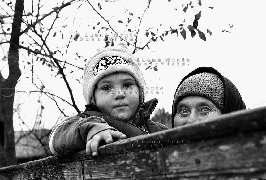 - Delta del Danubio, Letea. Una donna di origine ucraina che vive nel villaggio con sua nipote. .La zona delta del Danubio è abitata anche da popolazioni di origine ucraina.- Danube Delta Area, Letea. Paraschiva Toporov, with her granddaughter Bianca,  overlooking from their garden. Paraschiva is ucrainian but lives in Letea with her family.