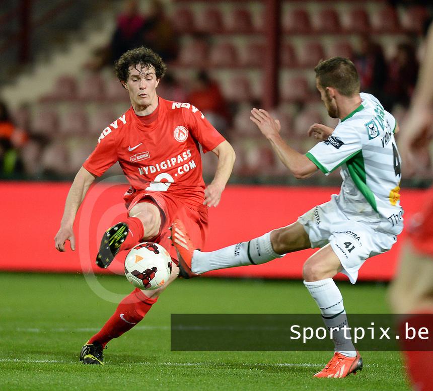KV Kortrijk - Cercle Brugge : Gertjan De Mets (l) aan de bal voor de tacklende Thibaut Van Acker (r)<br /> foto VDB / BART VANDENBROUCKE