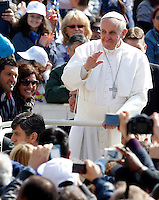 Papa Francesco saluta i fedeli al suo arrivo all'udienza generale del mercoledi' in Piazza San Pietro, Citta' del Vaticano, 24 aprile 2013..Pope Francis waves to faithful as he arrives for his weekly general audience in St. Peter's square at the Vatican, 24 April 2013..UPDATE IMAGES PRESS/Riccardo De Luca..STRICTLY ONLY FOR EDITORIAL USE