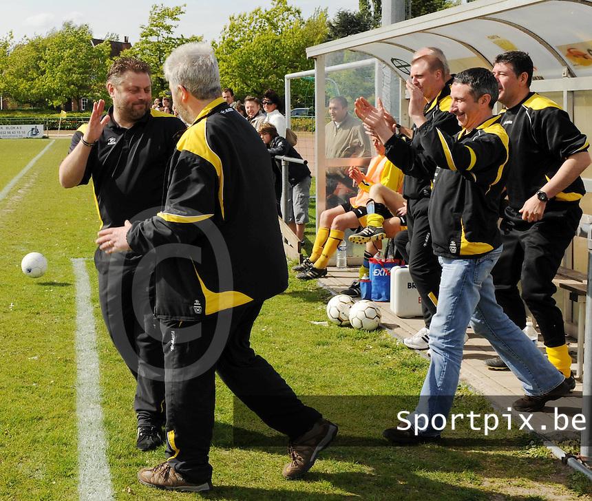 Sporting Menen - OMS Ingelmunster..vreugde bij de trainers van Menen na de 2-0 winst tegen Ingelmunster..foto VDB / BART VANDENBROUCKE
