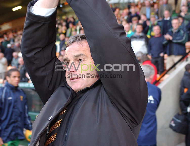 Pix: Daniel Hambury/SWpix. Football. Nationwide League Divison One. Norwich City v Wolverhampton Wanderers..COPYRIGHT PICTURE>>SIMON WILKINSON>>01943 - 436649>>..Dave Jones Wolves manager saloutes fans at the end of the game
