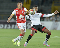 BOGOTÁ -COLOMBIA, 19-07-2015. Sergio Otalvaro (Izq.) jugador de Independiente Santa Fe disputa el balón con Estefano Arango (Der.) jugador de Cucuta Deportivo durante partido entre Independiente Santa Fe y Cucuta Deportivo por la fecha 2 de la Liga Aguila II 2015 jugado en el estadio Nemesio Camacho El Campin de la ciudad de Bogota. / Sergio Otalvaro (L) player of Independiente Santa Fe struggles for the ball with Estefano Arango (R) player of Cucuta Deportivo during a match between Independiente Santa Fe and Cucuta Deportivo for the second date of the Liga Aguila II 2015 played at the Nemesio Camacho El Campin Stadium in Bogota city. Photo: VizzorImage/ Gabriel Aponte / Staff