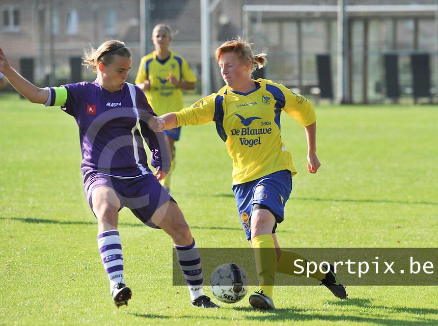 Beerschot Dames - STVV  Sint-Truiden VV Dames :.Silke Leynen aan de bal voor Stefanie van Broeck.foto JOKE VUYLSTEKE / Vrouwenteam.be