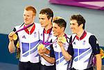 Engeland, London, 3 Augustus 2012.Olympische Spelen London.Baanwielrennen .De Britse mannen hebben de ploegenachtervolging gewonnen op de Olympische Spelen in Londen. In de finale versloegen ze Australië. Ed Clancy, Steven Burke, Peter Kennaugh en Geraint Thomas reden de 4 kilometer in 3:51.659 en deden daarmee nog eens ruim een seconde af van het wereldrecord (3:52.743), dat ze donderdag tijdens de kwalificaties op de tabellen geplaatst hadden.