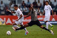 Santos SP, 19 maio 2013 - SANTOS X CORINTHIANS  Neymar (e) do Santos e Paulinho do Corinthians  durante partida da final do campeonato paulista de 2013  no Estadio da Vila Belmiro em Santos, Litoral de  de Sao Paulo, neste domingo , 19. (FOTO: ALAN MORICI / BRAZIL PHOTO PRESS).