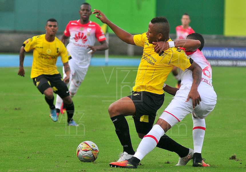 BARRANCABERMEJA -COLOMBIA, 25-09-2016:  Jhon Vasquez (Izq) jugador de Alianza Petrolera disputa el balón con William Tesillo (Der) de Independiente SantaFe durante encuentro válido por la fecha 14 de la Liga Aguila II 2016 disputado en el estadio Daniel Villa Zapata de la ciudad de Barrancabermeja./ Jhon Vasquez (L) player of Alianza Petrolera fights for the ball with William Tesillo (R) player of Independiente SantaFe during match valid for the date 14 of the Aguila League II 2016 played at Daniel Villa Zapata stadium in Barrancebermeja city. Photo: VizzorImage / Jose Martinez / Cont