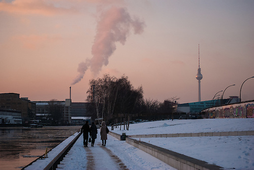 Walk from Mitte through to Treptow along the Spree one very cold winters afternoon.