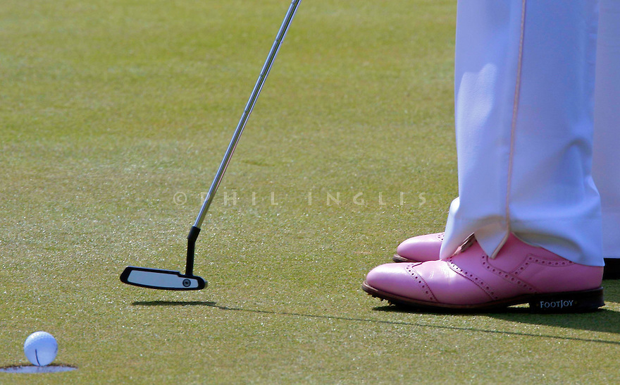 Ian Poulter (ENG) in his pink golf shoes during the final round of the Dubai Desert Classic played at the Emirates Golf Club on 3rd February 2008 in Dubai, UAE © PHIL INGLIS
