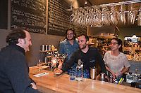 Amérique/Amérique du Nord/Canada/Québec/Montréal: Ségué Lepage, fête l'anniversaire d'un client dans son restaurant: Le Comptoir Charcuteries et Vins [Non destiné à un usage publicitaire - Not intended for an advertising use]