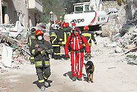 L'Aquila 06/04/2009. Nella notte tra il 5 e il 6 Aprile 2009 un forte terremoto colpisce la citta' dell'Aquila e la sua provincia. nella foto i vigili del fuoco e la protezione civile eseguono lavori di scavo tra le rovine per recuperare i corpi sepolti<br /> A very strong earthquake, has hit the city of Aquila, in the centre Italy and the surrounding villages. In the picture fireworkers and volounteers digging to find corpses under the rubble. Onna, L'Aquila, April, 6, 2009<br /> Photo Samantha Zucchi Insidefoto