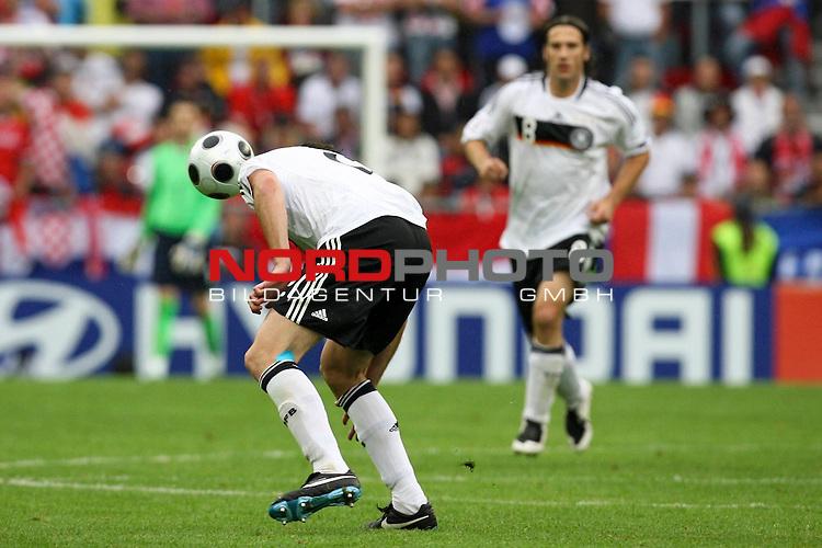 UEFA Euro 2008 Group B Match 11 Klagenfurt - Wörthersee-Stadion. Kroatien ( CRO ) - Deutschland ( GER ) 2:1 (1:0). Torsten Frings ( Germany / Mittelfeldspieler / Midfielder / Werder Bremen #08 ) (r hinten) beobachtet Per Mertesacker ( Germany / Verteidiger / Defender / Werder Bremen #17 ) (l) beim Kopfball. Foto © nph (  nordphoto  )