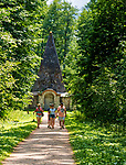 Rapa (powiat gołdapski, gminia Banie Mazurskie) 2018.07.10.  Piramida w Rapie - robowiec rodzinny pruskiego rodu baronów von Fahrenheid zbudowana w 1811 roku.  Charakterystyczną cechą budowli jest kształt, przypominający starożytne egipskie piramidy. We wnętrzu piramidy  zachowały się zmumifikowane zwłoki. Podobno w miejscu tym koncentruje się potężna energia płynąca z wnętrza ziemi. Wielu ludzi wierzy, że piramida ma właściwości lecznicze.
