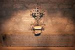 20060213 - France - Vincennes<br />COULISSES DU CHATEAU DE VINCENNES : LE MEMORIAL DES CHASSEURS : LA CROIX DANS LA CRYPTE<br />Ref: COULISSES_DU_CHATEAU_020 - © Philippe Noisette