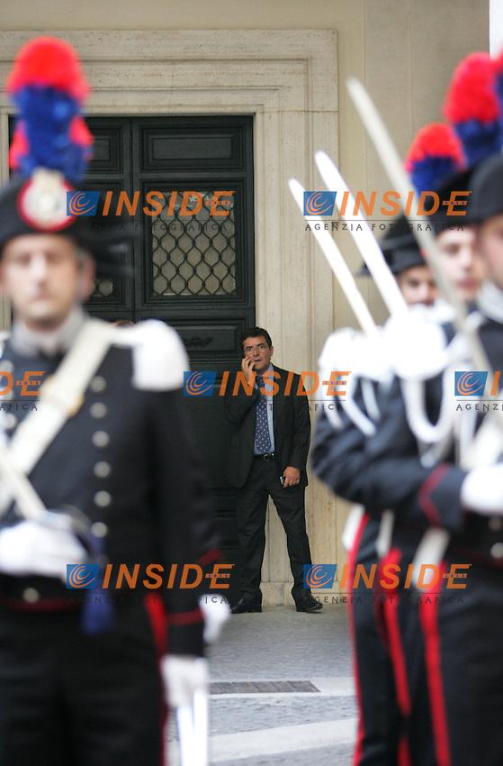 NICOLA COSENTINO<br /> Roma 14/07/2010 Cortile di Palazzo Chigi. Nicola Cosentino parla al telefono dietro il picchetto dei carabinieri, in seguito all'incontro con il premier che ha portato alle sue dimissioni.<br /> Photo Samantha Zucchi Insidefoto