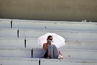 SÃO PAULO, SP, 13 DE MARÇO DE 2010 - TREINOS SÃO PAULO INDY 300 - Na manhã de hoje treinos para a corrida São Paulo Indy 300, etapa de abertura da temporada 2010 da IZOD IndyCar Series. Na foto torcedor acompanha os treinos no Anhembi. A corrida acontece amanhã, nas ruas de São Paulo, passando pelo Sambódromo e Marginal do Tietê. (FOTO: WILLIAM VOLCOV / NEWS FREE).