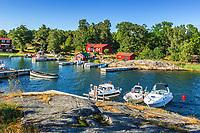 Båtar vid bryggorna i Ramsmora hamn på Möja i Stockholms skärgård. / Boats in the Stockholm archipelago in Sweden.