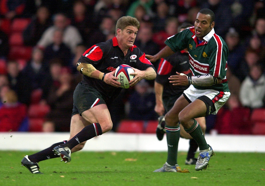 Photo. Richard Lane. .Saracens v Leicester Tigers. Zurich Premiership. 27-10-2002.Tim Horan attacks.