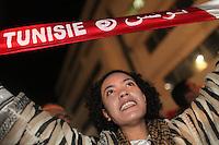23 ottobre 2011 Tunisi, elezioni libere per l'Assemblea Costituente, le prime della Primavera araba: sostenitori del partito Enhada festeggiano in piazza la vittoria del proprio partito la sera in cui vengono annunciati i risultati. Una donna mostra fieramente e sorridendo la bandiera tunisina.<br /> premieres elections libres en Tunisie octobre <br /> tunisian elections Festeggiamenti vittoria Ennhada