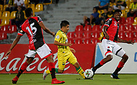 BUCARAMANGA - COLOMBIA, 11-08-2019: Sherman Cardenas del Bucaramanga disputa el balón con Javier Lopez del Cucuta durante partido por la fecha 5 de la Liga Águila II 2019 entre Atlético Bucaramanga y Cúcuta Deportivo jugado en el estadio Alfonso Lopez de la ciudad de Bucaramanga. / Sherman Cardenas of Bucaramanga fights for the ball with Javier Lopez of Cucuta during match for the date 5 of the Liga Aguila II 2019 between Atletico Bucaramanga and Cucuta Deportivo played at the Alfonso Lopez stadium of Bucaramanga city. Photo: VizzorImage / Oscar Martinez / Cont