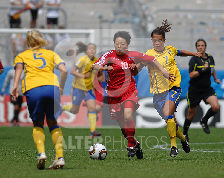 20.07.2010, , Augsburg, GER, FIFA U-20 Frauen Worldcup, Korea DPR vs Schweden, im Bild vl. Elin BORG (Stattena SWE #5), CHOE Mi Gyong (UNK #10), Emilia APPELQVIST (AIK Stockholm SWE #7),  Foto © nph / Roth