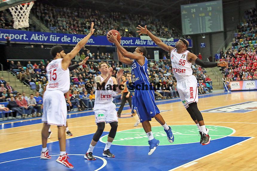 Quantez Robertson (Skyliners) laeuft sich fest gegen Josh Duncan, Daniel Theis und Dawan Robinson (Bamberg) - Fraport Skyliners vs. Brose Baskets Bamberg, Fraport Arena Frankfurt