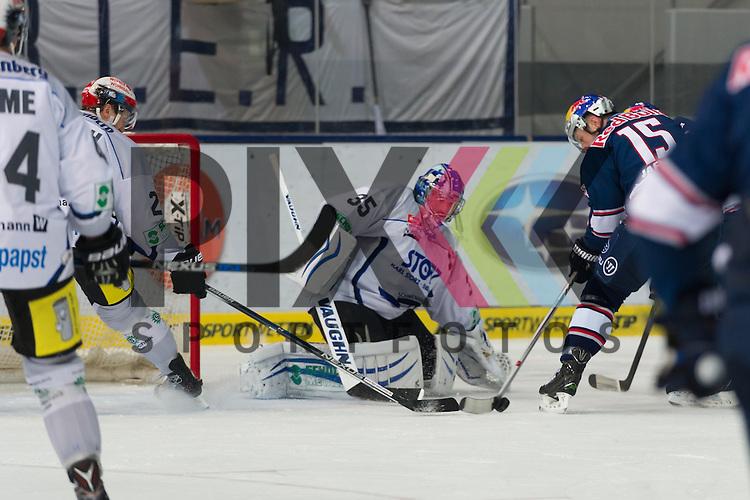 Eishockey, DEL, EHC Red Bull M&uuml;nchen - Schwenninger Wild Wings <br /> <br /> Im Bild Jason JAFFRAY (EHC Red Bull M&uuml;nchen, 15) bekommt die Scheibe vor Joseph MACDONALD (Schwenninger Wild Wings, 35) nicht unter Kontrolle <br /> <br /> Foto &copy; PIX-Sportfotos *** Foto ist honorarpflichtig! *** Auf Anfrage in hoeherer Qualitaet/Aufloesung. Belegexemplar erbeten. Veroeffentlichung ausschliesslich fuer journalistisch-publizistische Zwecke. For editorial use only.
