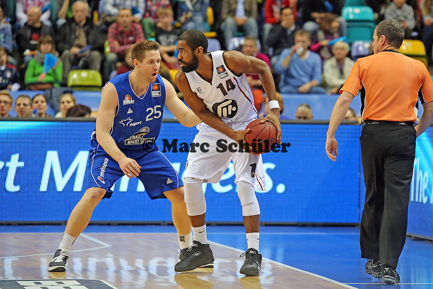 Jacob Burtschi (Skyliners) gegen Brandon Thomas (Artland) - Fraport Skyliners vs. Artland Dragons Quakenbrueck, Fraport Arena Frankfurt