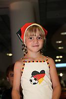 Lisa Haust (6J.)<br /> Fans warten am Frankfurter Flughafen auf die DFB-Elf *** Local Caption *** Foto ist honorarpflichtig! zzgl. gesetzl. MwSt. Auf Anfrage in hoeherer Qualitaet/Aufloesung. Belegexemplar an: Marc Schueler, Alte Weinstrasse 1, 61352 Bad Homburg, Tel. +49 (0) 151 11 65 49 88, www.gameday-mediaservices.de. Email: marc.schueler@gameday-mediaservices.de, Bankverbindung: Volksbank Bergstrasse, Kto.: 151297, BLZ: 50960101