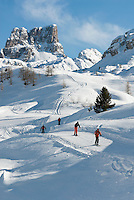 Italy, Veneto, Province Belluno, ski run at Passo di Falzarego with prominent Monte Averau mountain | Italien, Venetien, Provinz Belluno, Skipiste am Falzaregopass, mit dem markanten Monte Averau