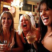 """Brighton, Great Britain, July 2010:.Women having a laugh during the """"hens party"""" at Font pub in Brighton.(Photo by Piotr Malecki / Napo Images)..Brighton, Wielka Brytania, Lipiec 2010:.Kobiety podczas tzw """"imprezy kur"""", angielskiej odmiany wieczoru panienskiego, w pubie Font.. Fot: Piotr Malecki / Napo Images"""
