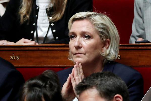 MARINE LE PEN SE ENCUENTRA BAJO INVESTIGACI&Oacute;N<br /> <br /> LPE02 PAR&Iacute;S (FRANCIA), 30/06/2017.- La presidenta del partido ultraderechista franc&eacute;s Frente Nacional (FN), Marine Le Pen, asiste a su primera sesi&oacute;n parlamentaria tras la segunda vuelta de las elecciones presidenciales francesas, en Par&iacute;s, Francia, 27 de junio de 2017. Marine Le Pen se encuentra bajo investigaci&oacute;n formal en relaci&oacute;n al presunto uso de asistentes parlamentarios de la Uni&oacute;n Europea para trabajar en el partido Frente Nacional (FN), seg&uacute;n informaciones de hoy, 30 de junio de 2017. EFE/Ian Langsdon<br /> <br /> Cr&eacute;dito: EFE<br /> <br /> Fuente: EPA<br /> <br /> Autor: IAN LANGSDON<br /> <br /> Tem&aacute;tica: POL : Parlamento<br /> <br /> Referencia: 11661551