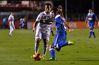 SÃO PAULO, SP, 20 DE JULHO DE 2013 - CAMPEONATO BRASILEIRO - SÃO PAULO x CRUZEIRO: Jadson (e) e Egídio (d) durante partida São Paulo x Cruzeiro, válida pela 8ª rodada do Campeonato Brasileiro de 2013, disputada no estádio do Morumbi em São Paulo. FOTO: LEVI BIANCO - BRAZIL PHOTO PRESS.