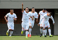 ENVIGADO -COLOMBIA-21-09-2014. Jhonatan Alvarez (Segundo desde la Izq) de Envigado FC celebra un gol anotado a Independiente Santa Fe durante partido por la fecha 10 de la Liga Postobón II 2014 realizado en el Polideportivo Sur de la ciudad de Envigado./ Jhonatan Alvarez (second from L) of Envigado FC celebrates a goal scored to Independiente Santa Fe during match for the 10th date of the Postobon League II 2014 at Polideportivo Sur in Envigado city.  Photo: VizzorImage/Luis Ríos/STR