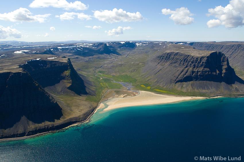 Hvestudalur; Fremri-Hvesta, Neðri-Hvesta, ströndin Vaðall, Hvestunúpur til vinstri, Arnarfjörður séð til suðurs. Vesturbyggð áður  Ketildalahreppur / Hvestudalur; Fremri-Hvesta, Nedri-Hvesta, the beach; Vadall, Arnarfjordur, mount Hvestunupur left. Viewing east. Vesturbyggd former Ketildalahreppur.