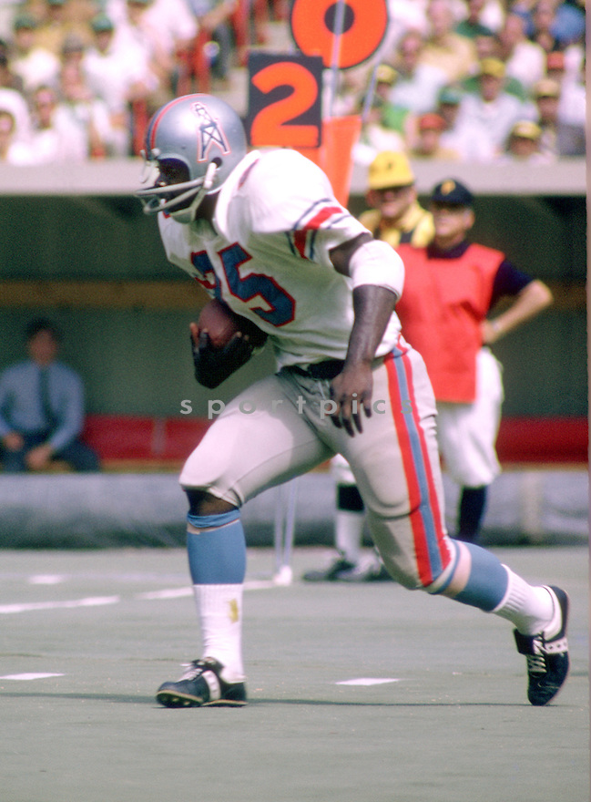 Houston Oilers Earl Campbell (34) during a game from his 1970 season with the Houston Oilers. Earl Campbell  played for 9 seasons with 2 different teams was a 5-time Pro Bowler and was inducted to the Baseball Hall of Fame in 1991.(SportPics)