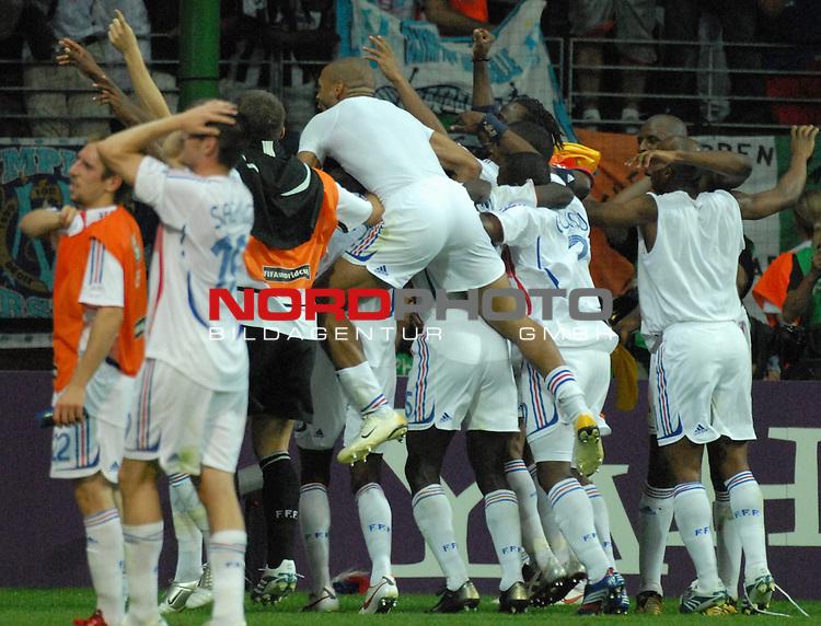 FIFA WM 2006 -  Round of Sixteen - / Viertelfinale <br /> Play    #60 ( 01. Juli) -  Brasilien - Frankreich<br /> <br /> Die franz&circ;sichen Spieler feiern ausgelassen den Einzug ins Halbfinale gegen Portugal<br /> <br /> Foto &copy; nordphoto