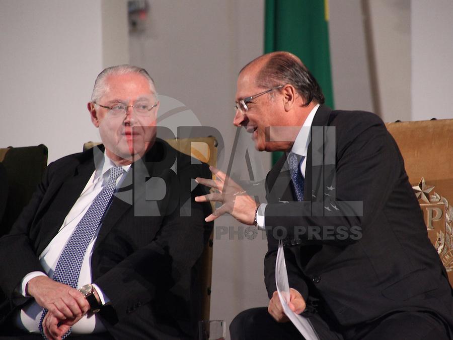 SAO PAULO, 08 DE AGOSTO DE 2012. POSSE DE 200 NOVOS DELEGADOS.  o governador Geraldo Alckmin e o depuatdo Barros Munhoz durante a cerimônia de posse de 200 novos delegados no Palacio dos Bandeirantes na manhã desta quarta feira. FOTO ADRIANA SPACA - BRAZIL PHOTO PRESS