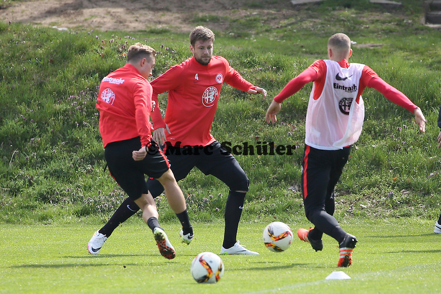 Sonny Kittel und Luca Waldschmidt gegen Marco Russ - Eintracht Frankfurt Training, Commerzbank Arena