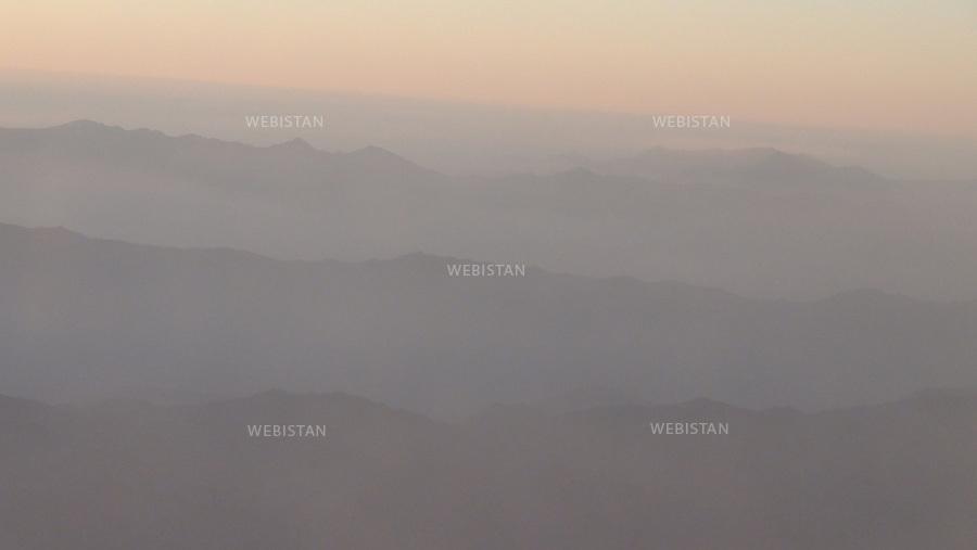 AFGHANISTAN - 26 aout 2009 : Vol Kaboul - Dubai a bord d'un avion de la compagnie Ariana Afghan Airlines. Survol des montagnes afghanes. ..AFGHANISTAN - KABUL - August 26th, 2009 : Ariana Afghan Airlines flight from Kabul to Dubai over the Afghan mountains.