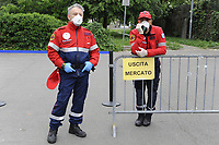 - Epidemia di Coronavirus, alleggerimento delle misure di sicurezza fase 2;  riapertura sperimentale di un mercato all'aperto nel comune di Corsico, periferia sud di Milano; mascherine, ingresso contingentato, percorsi obbligati, bancarelle distanziate, controllo della temperatura corporea e distanza sociale.<br />